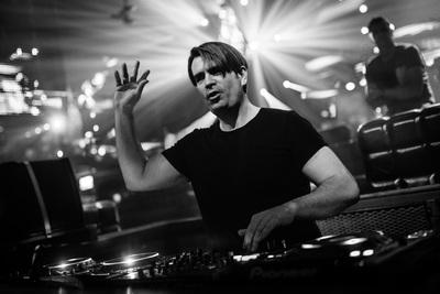 Waar moet u op letten als u een DJ boekt en inhuurt voor uw feest?