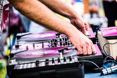 Comment être programmé en tant que DJ? (Belgique)