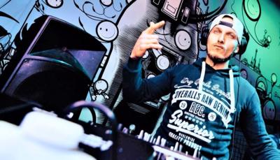 ¿A qué debo prestar atención al reservar y contratar un DJ?