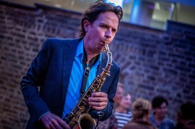 Saxofonist Jan van Oort blaast het dak eraf