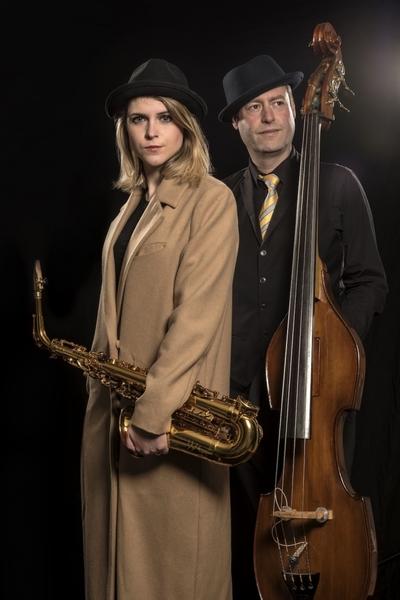 Dj saxofoniste saxofoon the paris plan 687x1030