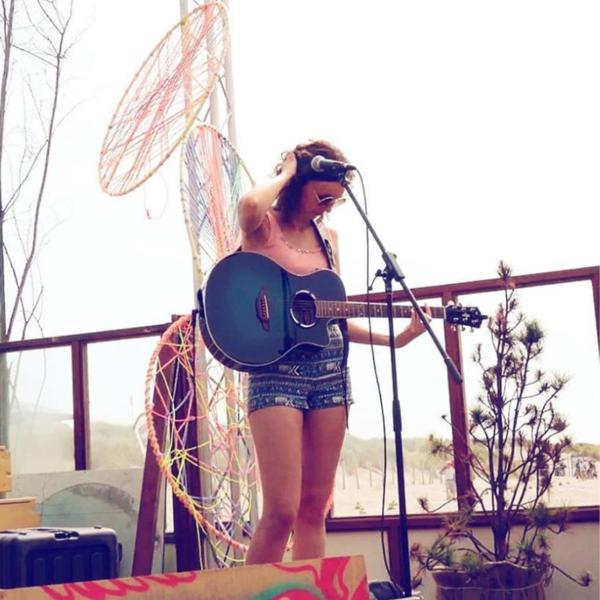 Anne van damme optreden openbaar festival feest evenement singer songwriter akoestisch